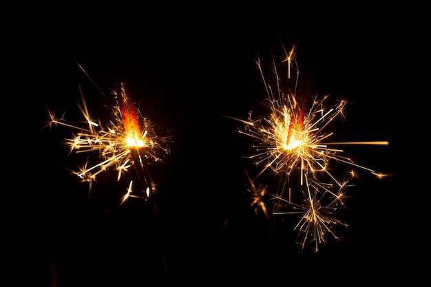 Ciemne tło z dwoma sparklers