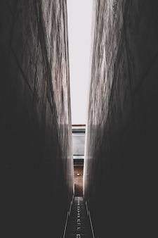 Ciemne wąskie schody zaułkowe