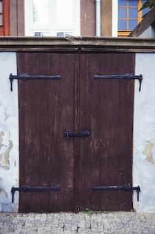 Ciemne zabytkowe drzwi