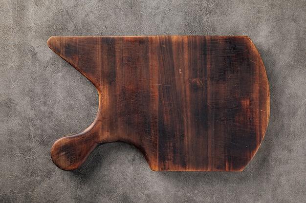Ciemnobrązowa drewniana deska do krojenia