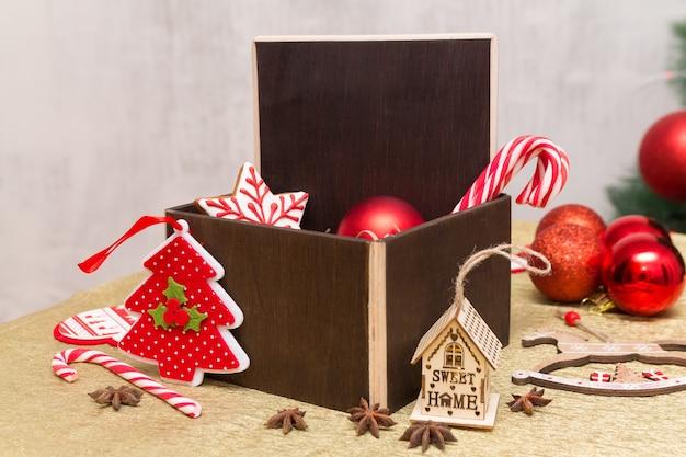 Ciemnobrązowe drewniane miejsce na kopię w kompozycji prezentów świątecznych z świąteczną dekoracją