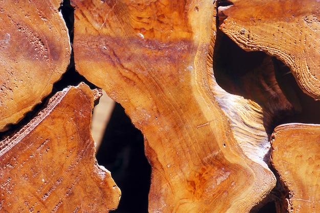 Ciemnobrązowy drewno tekowe tekstura tło powierzchni z naturalnym wzorem.