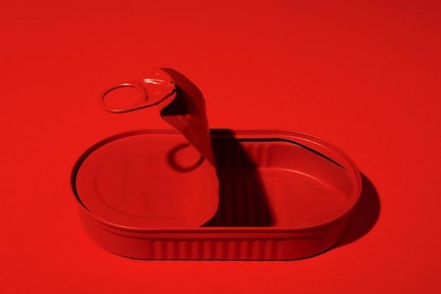 Ciemnoczerwona puszka na czerwonej powierzchni