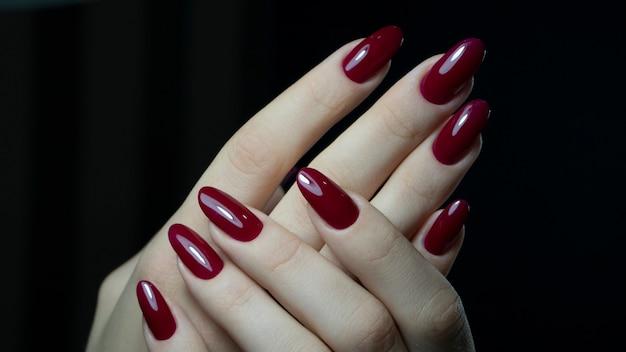 Ciemnoczerwone paznokcie