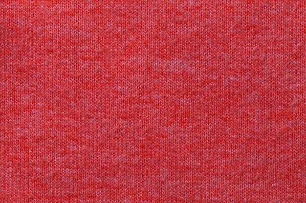 Ciemnoczerwone tło z materiału tekstylnego. materiał o naturalnej fakturze. zasłona.