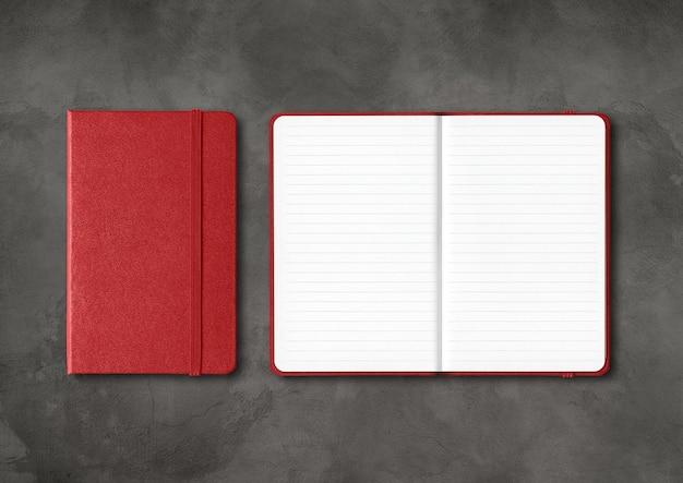 Ciemnoczerwony zamknięty i otwarty makieta zeszytów w linie na białym tle na czarnym tle betonu