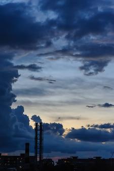 Ciemnoniebieskie burzowe chmury nad miastem w porze deszczowej