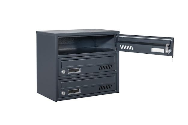 Ciemnoniebieskie lub szare skrzynki pocztowe na białym tle na białym tle. skrzynka pocztowa do wejścia do kamienicy. metalowa skrzynka pocztowa