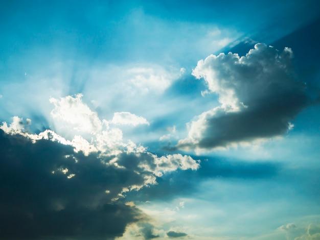 Ciemnoniebieskie niebo w tle