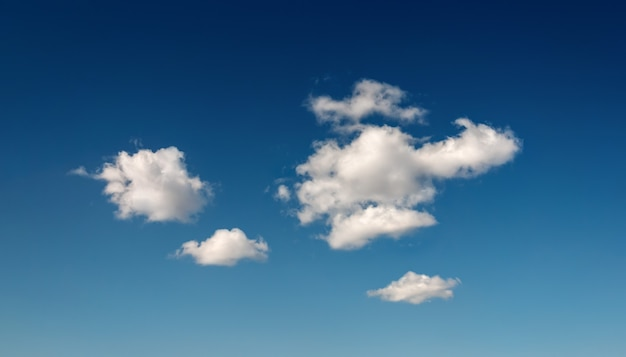 Ciemnoniebieskie niebo z kilkoma chmurami