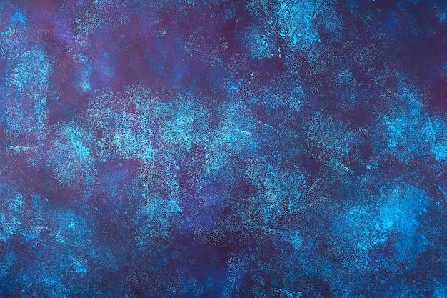 Ciemnoniebieskie tło betonu z niebieskimi, bordowymi i białymi plamami. koncepcja do wykorzystania w twoim projekcie.