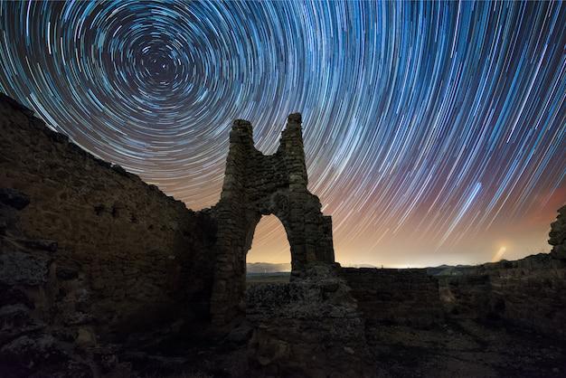 Ciemność na ruinach