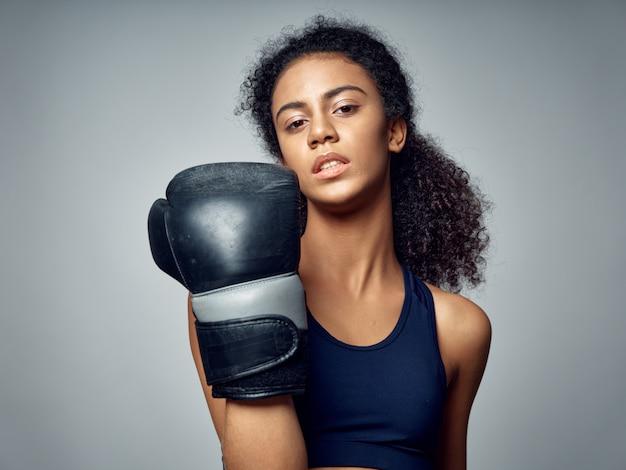 Ciemnoskóra afroamerykanka pozuje w dresie i uprawia sport