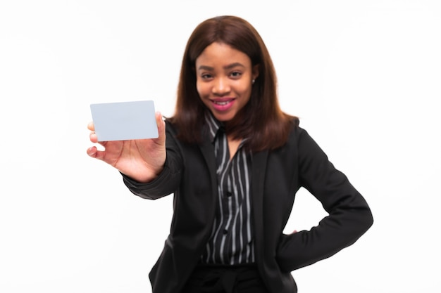 Ciemnoskóra młoda smilling dziewczyna wręcza kartę odizolowywającą na bielu