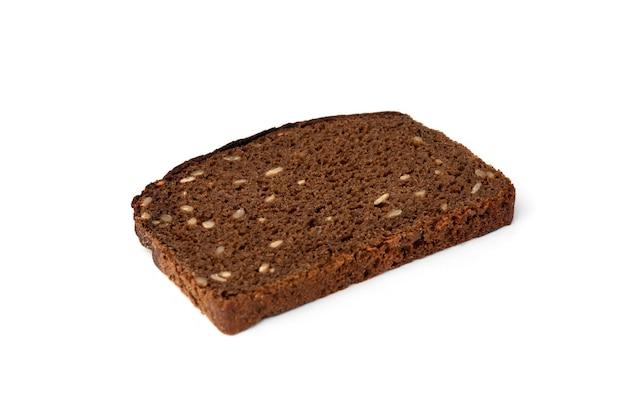 Ciemny chleb żytni z pestkami słonecznika na białym tle.