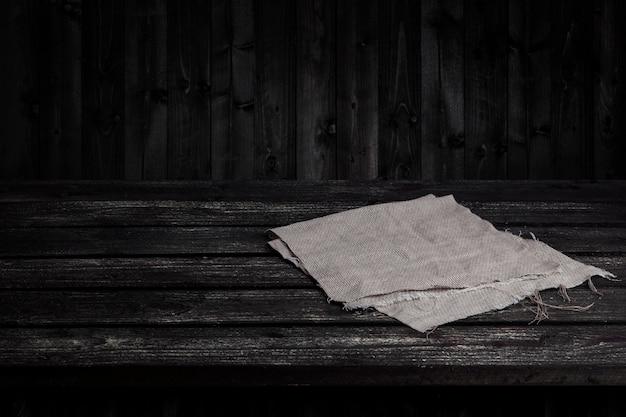 Ciemny drewniany stół na produkt, stare czarne drewniane wnętrze perspektywy