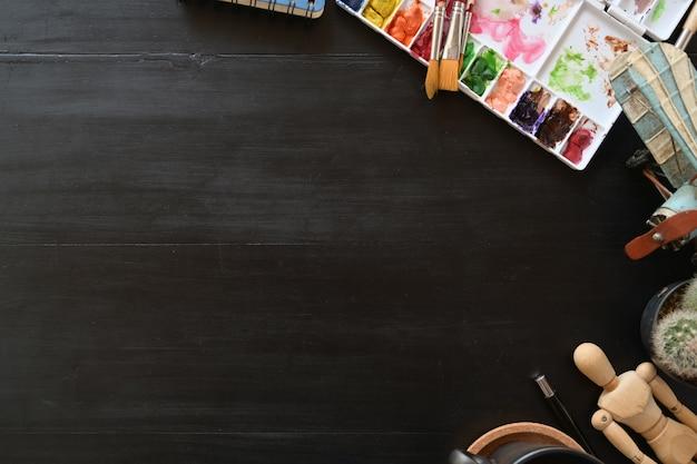 Ciemny drewniany workspace artysta i kopia przestrzeń.