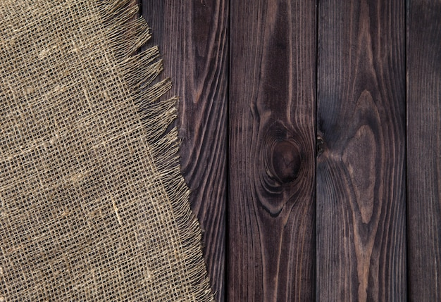 Ciemny drewno z starą burlap teksturą, odgórny widok