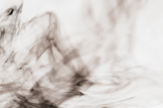 Ciemny dym na białym tle