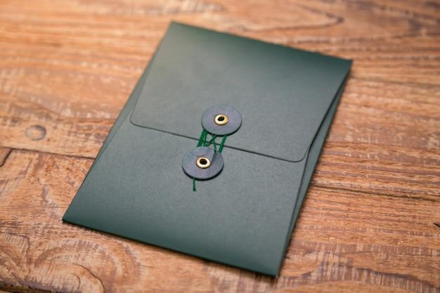 Ciemny folder na drewnianym stole