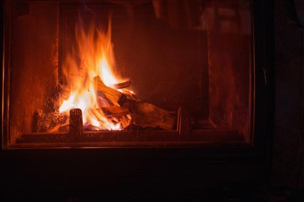 Ciemny kominek z palącym się drewnem