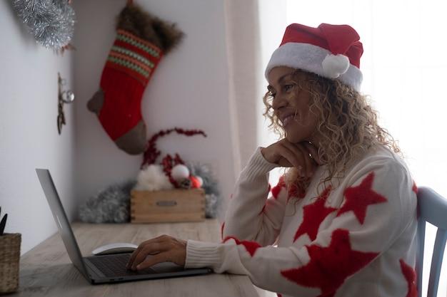 Ciemny obraz ludzi i połączenia z komputerem w boże narodzenie