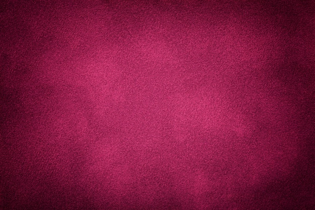 Ciemny purpurowy matowy zamszowy tkaniny zbliżenie. aksamitna konsystencja.