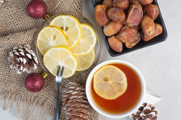 Ciemny talerz cukru loafsugar i suszonych owoców na białym tle. wysokiej jakości zdjęcie