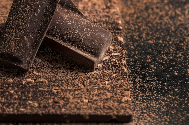 Ciemny układ o dużym kącie z bliska deser czekoladowy