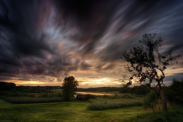 Ciemny zachód słońca i horyzont natury