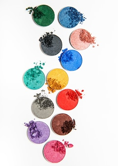 Cień do powiek w różnych kolorach