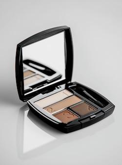 Cień do powiek z kosmetykami w czarnym modelu z otwartym lustrem w środku