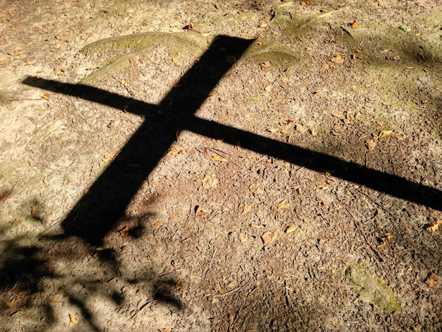Cień krzyża na ziemi