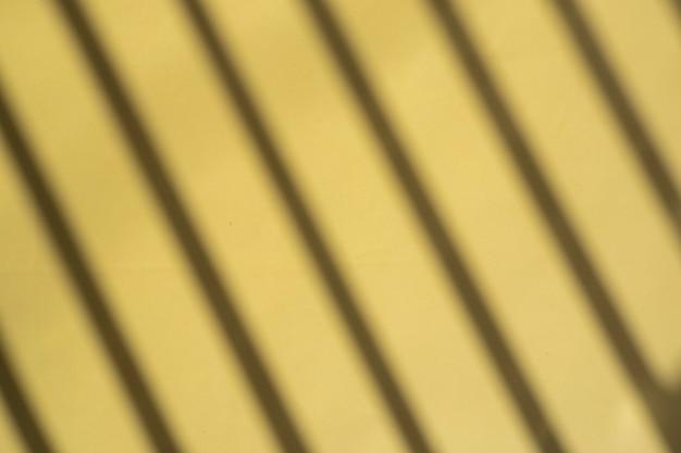 Cień linii na żółtym papierze