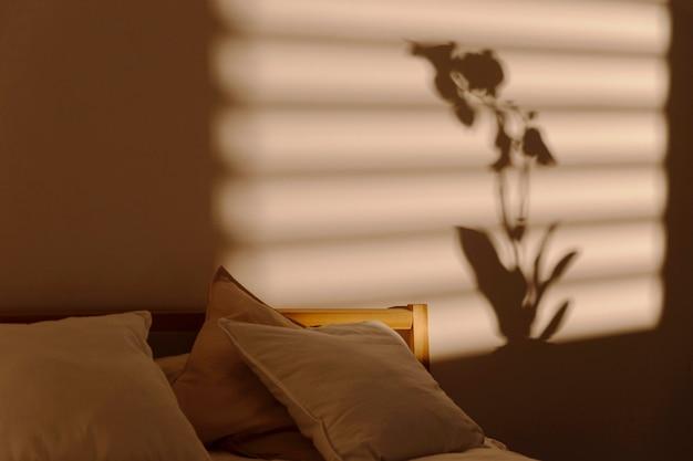 Cień okna na ścianie sypialni