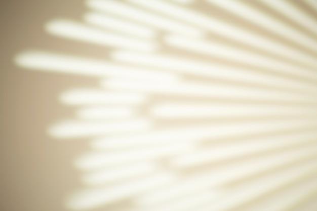 Cień promieni na białej ścianie przy słonecznej pogodzie z jasnym światłem. efekt nakładki cienia na zdjęcie.