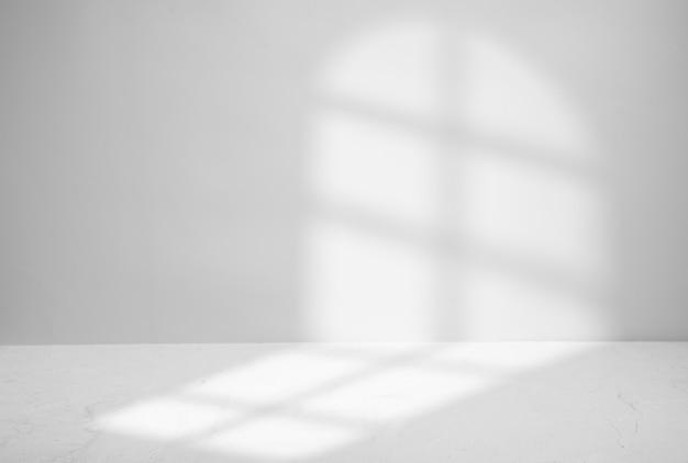 Cień z okna na szarym tle. miejsce na prezentację produktów