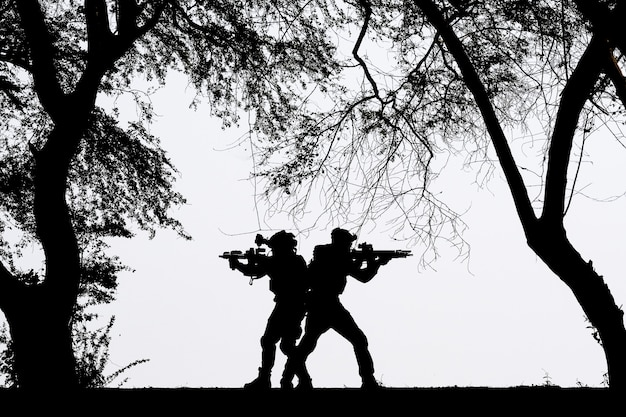 Cień żołnierza walczącego na polu bitwy