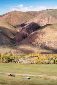 Cienie chmur na zboczach wzgórz w traktach kyzylshin ałtaj republika rosja