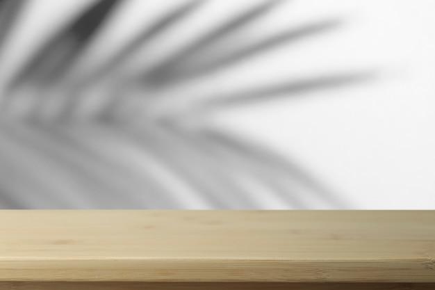 Cienie palm i pusty drewniany stół
