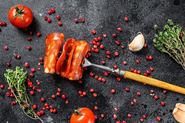 Cienka kiełbasa chorizo. hiszpańskie salami z przyprawami, papryką i pieprzem