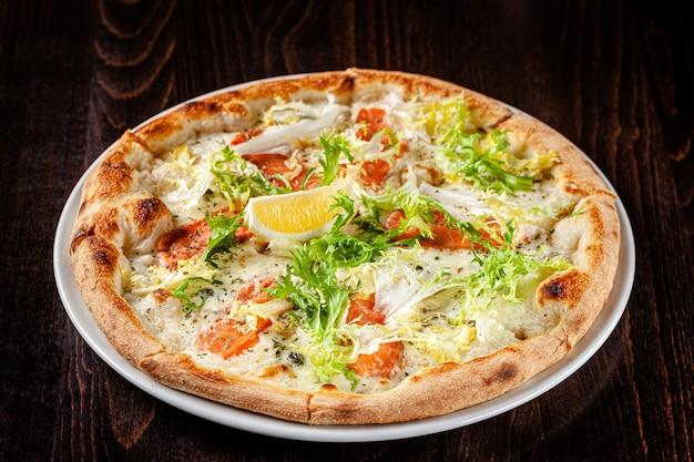 Cienka pizza z sosem łososiowym