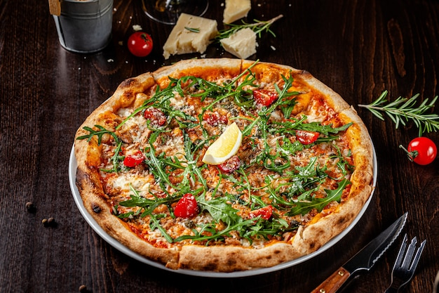 Cienka pizza z sosem pomidorowym