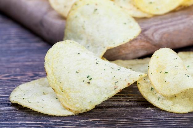 Cienkie chipsy ziemniaczane, chrupiące frytki z ziemniaków i smażone w głębokim oleju chipsy ziemniaczane z solą