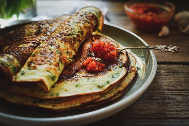 Cienkie naleśniki z ziołami i czerwonym sosem pomidorowym