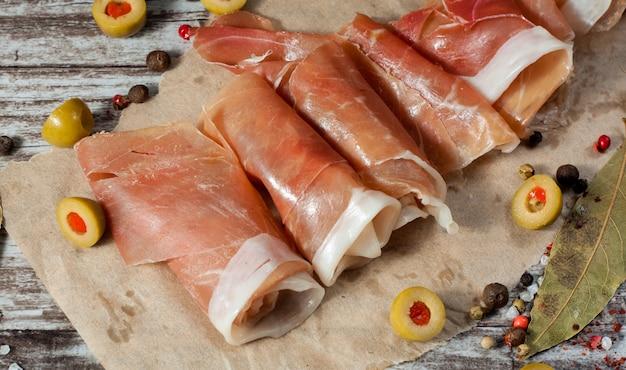 Cienkie plastry szynki prosciutto
