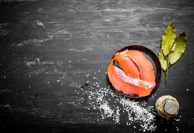 Cienkie plastry wędzonego łososia z solą.