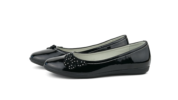 Cienkie wąskie damskie skórzane buty na białym tle na białej ścianie. stylowe i modne buty damskie.