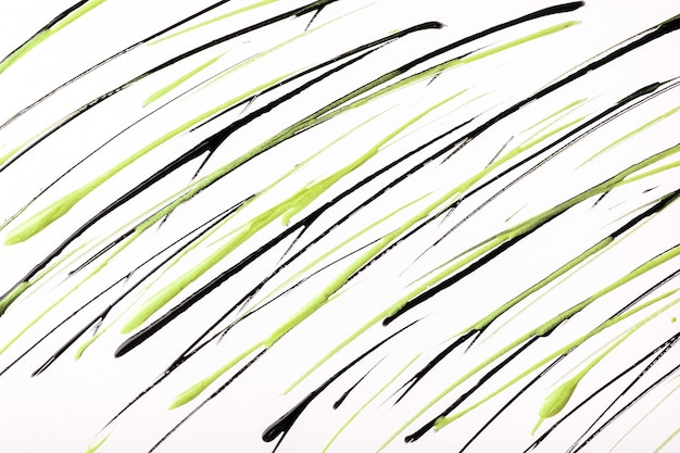 Cienkie zielone i czarne linie i plamy na białym tle. streszczenie sztuka tło z ozdobnym obrysu pędzla oliwek. obraz akrylowy z paskiem graficznym.