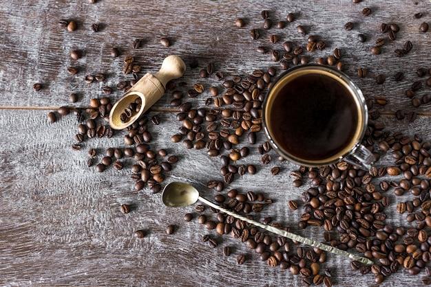 Ciepła filiżanka aromatycznej smacznej zdrowej kawy na ciemność